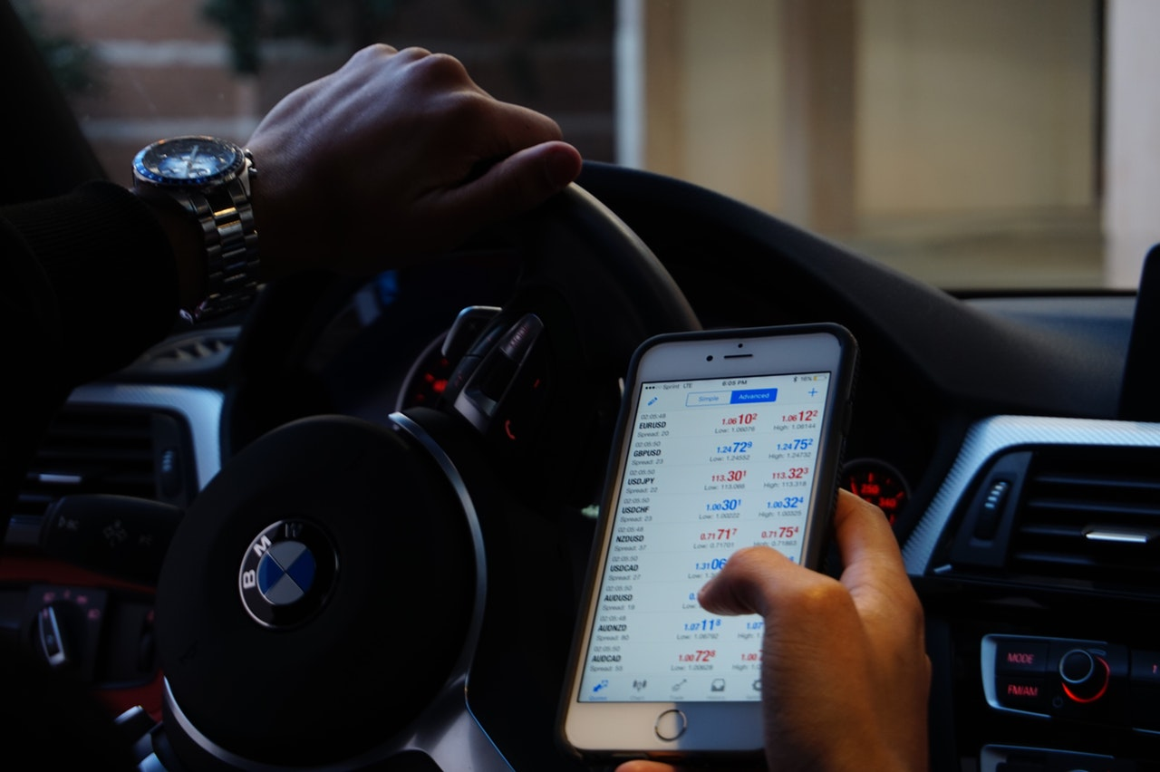 Smartphone apps allow people to invest from their fingertips.
